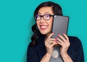 Chica con dispositivo móvil y gafas con filtro Eye Zen