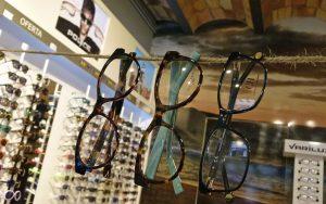 3 gafas graduadas colgadas de un cordel