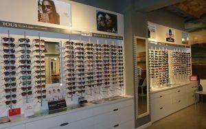 Interior con expositores de gafas de sol.