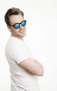 Chico con gafa de sol de espejo color azul.