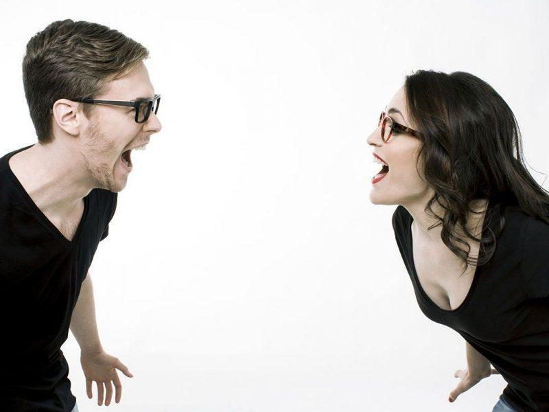 Chica y chico con gafas graduadas gritando de alegría