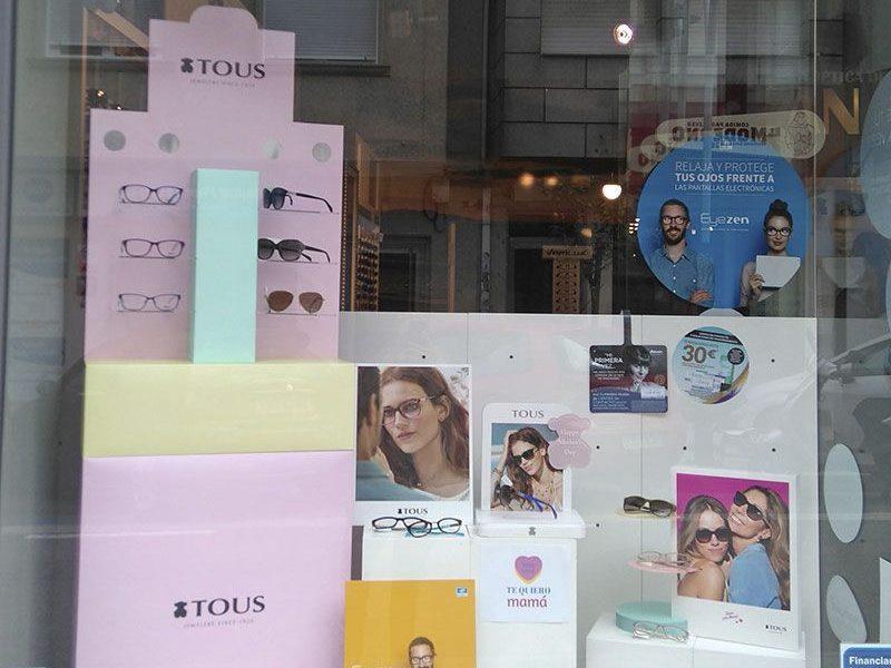 Escaparate con gafas de Tous y carteles de Eyezen.
