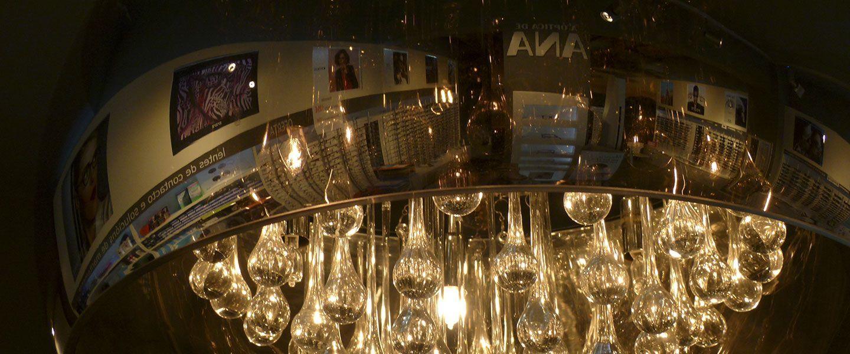Interior de la óptica de Ana de la calle Castelao reflejado en una lámpara.