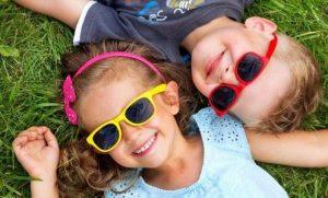 Niños con gafas de sol, cuida sus ojitos